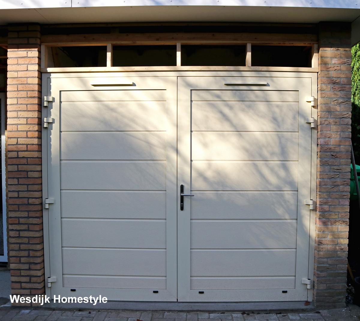 Openslaande garagedeuren zeeland garagedeur met loopdeur for Holland deuren service